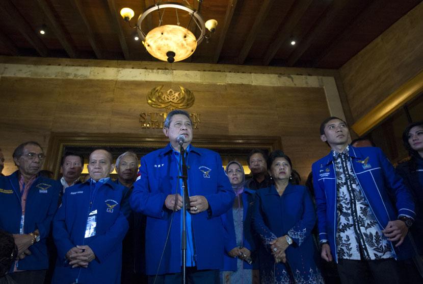 Ketua Umum Partai Demokrat Susilo Bambang Yudhoyono (tengah) didampingi Ibu Ani Yudhoyono (kedua kanan), memberikan keterangan pers terkait UU Pilkada di Jakarta, Selasa (30/9).