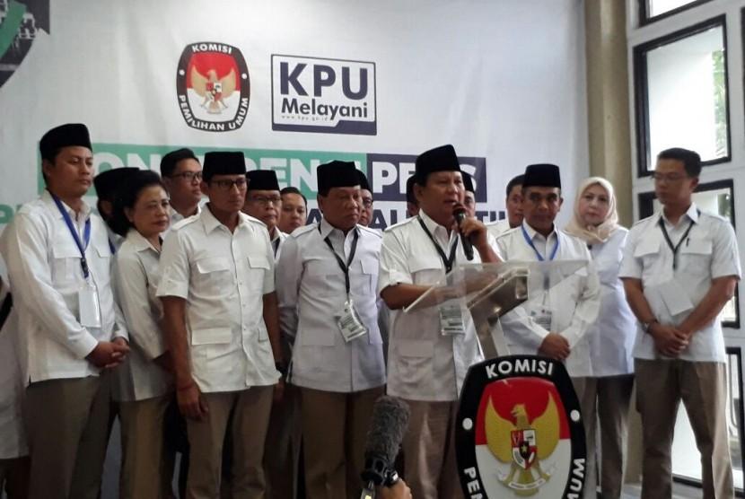 Ketua Umum Partai Gerindra, Prabowo Subianto datang langsung untuk mendaftarkan Partai Gerindra ke Gedung Komisi Pemilihan Umum (KPU) RI, Jakarta Pusat. Sabtu (14/10) sore.