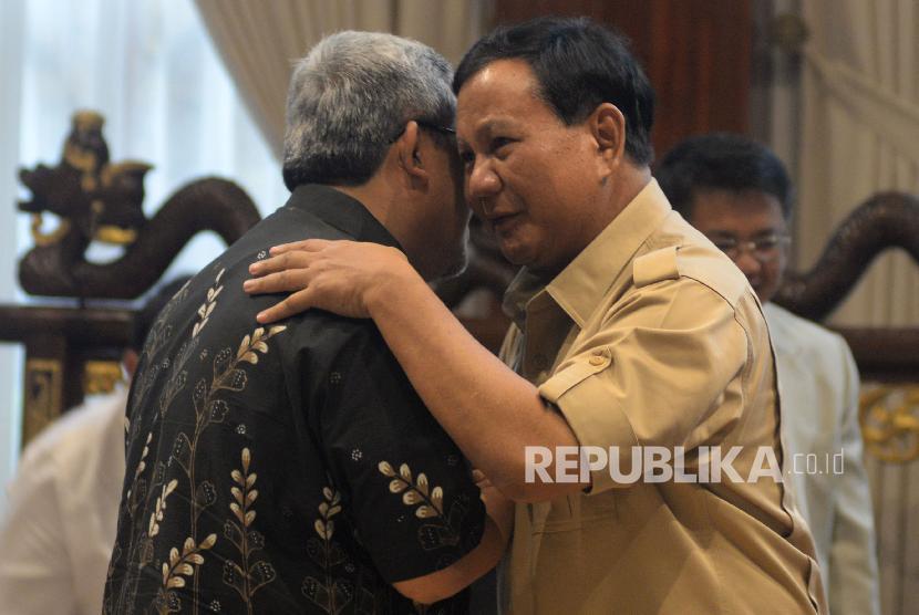 Ketua Umum Partai Gerindra Prabowo Subianto menyapa Gubernur Jawa Barat Ahmad Heryawan (kiri) saat melakukan pertemuan di Jakarta, Kamis (1/3).