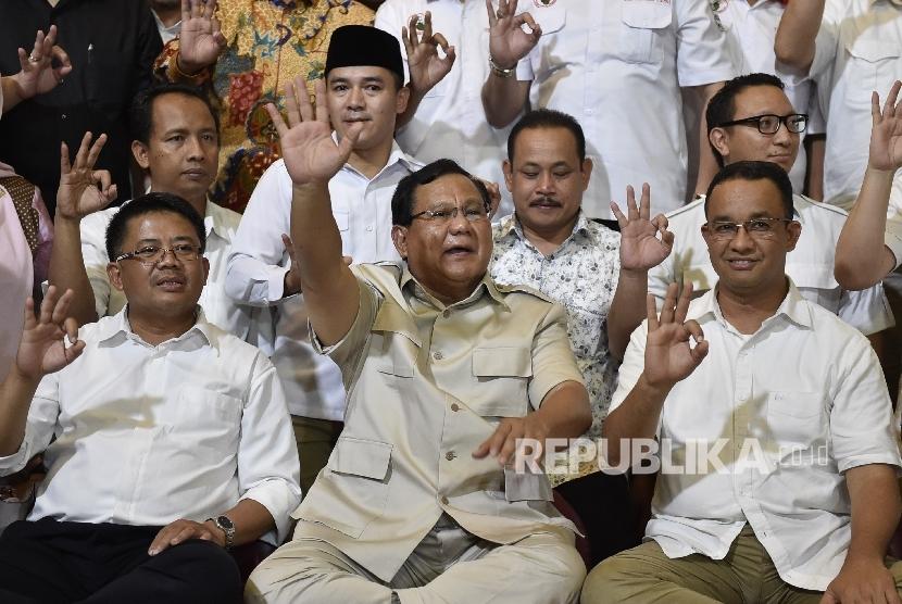 Ketua Umum Partai Gerindra Prabowo Subianto (tengah) bersama Presiden Partai Keadilan Sejahtera Sohibul Iman (kiri) dan Calon Gubernur DKI Jakarta Anies Baswedan (kanan)