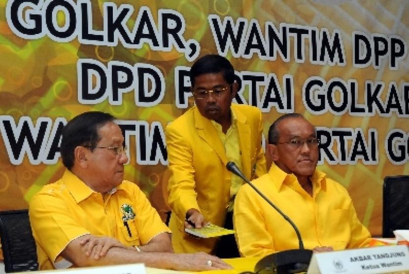 Ketua Umum Partai Golkar Aburizal Bakrie (kanan), Ketua Dewan Pertimbangan Akbar Tanjung (kiri) dan Sekjen PG Idrus Marham (tengah).