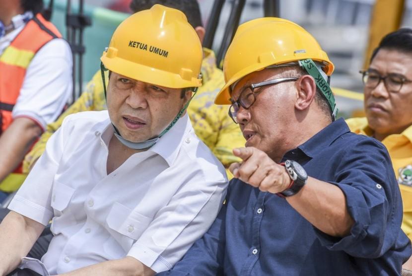 Ketua Umum Partai Golkar Setya Novanto (kiri) berbincang dengan Ketua Dewan Pembina Aburizal Bakrie saat menghadiri Topping Off gedung baru Partai Golkar di DPP Partai Golkar di Jakarta, Ahad (12/11).
