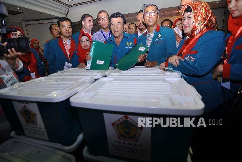 Ketua Umum Partai Islam, Damai, Aman (Idaman) Rhoma Irama didampingi didampingi Sekjen Partai Idaman Ramdansyah dan pengurus Partai memeriksa berkas saat melakukan Pendaftaran Pemilu 2019 di Kantor KPU Pusat, Jakarta, Senin (16/10).