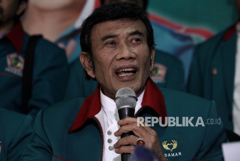 Ketua Umum Partai Islam Damai dan Aman (Idaman) Rhoma Iramamemberikn keterangan pers di Kantor DPP Partai Idaman, Jakarta, Minggu (9/10).