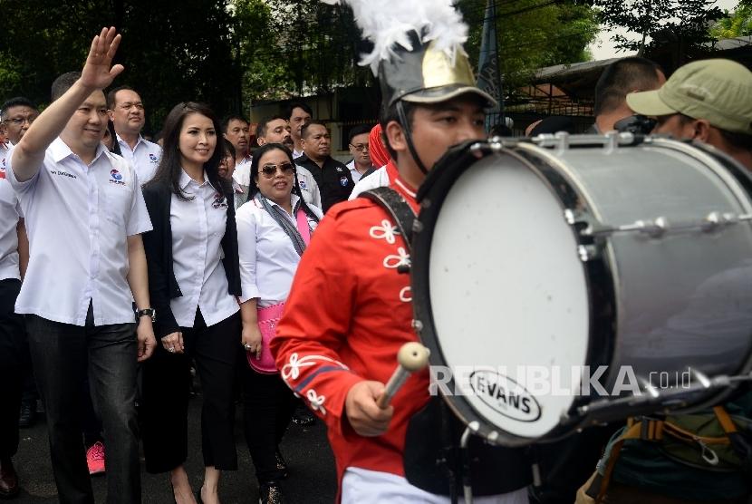 Ketua Umum Partai Perindo Hary Tanoesoedibjo melambaikan tangan saat mendaftarkan partainya ke KPU Pusat, Jakarta, Senin (9/10).