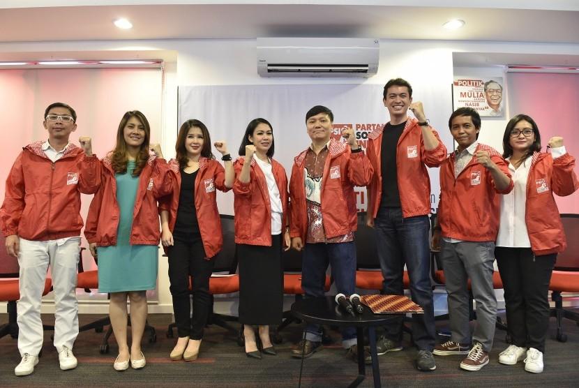 Ketua Umum Partai Solidaritas Indonesia (PSI) Grace Natalie (ketiga kiri) bersama Sekjen PSI Raja Juliantoni (kedua kanan), pengurus PSI dan tiga orang pengacara muda Dini Shanti Purwono (keempat kiri), Surya Tjandra (keempat kanan) serta Rian Ernest Tanudjaja (ketiga kanan) berpose saat pendaftaran calon anggota legislatif PSI di Jakarta, Selasa (31/10).