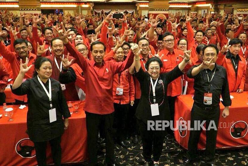 Ketua Umum PDI Perjuangan Megawati Soekarnoputri, dan Presiden Joko Widodo berfoto usai mendeklarasikan kembali Joko Widodo sebagai capres 2019 - 2024 di Hotel Grand Inna Bali Beach, Sanur, Bali, Jumat (23/2).