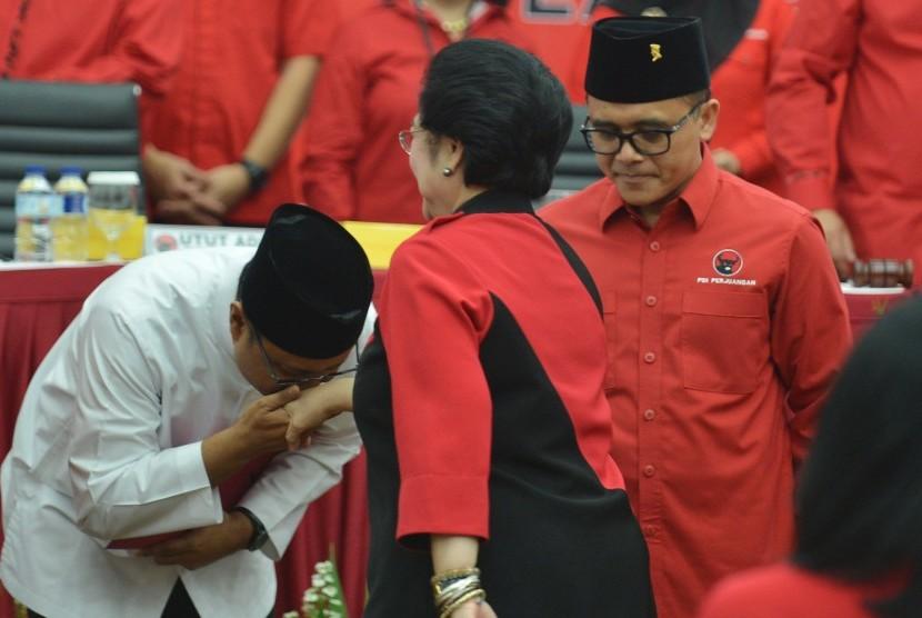 Ketua Umum PDI Perjuangan Megawati Soekarnoputri (tengah) menyalami pasangan Gubernur dan Wakil Gubernur Jawa Timur Saifullah Yusuf (kiri) dan pasangannya Azwar Annas ketika rakor pengumuman calon gubernur dan wakil gubernur di Kantor DPP PDI Perjuangan Jakarta, Minggu (15/10).