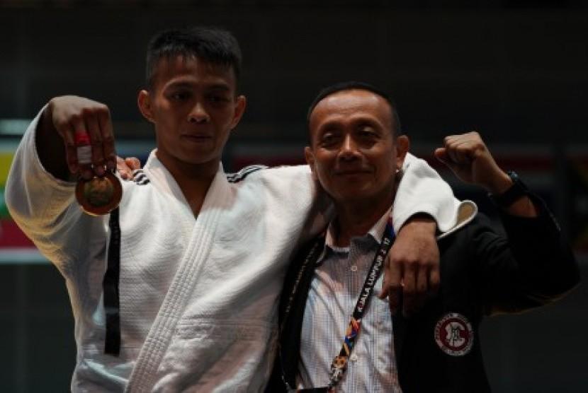 Ketua Umum Pengurus Besar Persatuan Judo Seluruh Indonesia Jenderal TNI Mulyono (kanan) berfoto bersama judoka peraih medali emas judo -73 Kg putra SEA Games XXIX Kuala Lumpur, Iksan Apriyadi (kiri). (Ilustrasi)