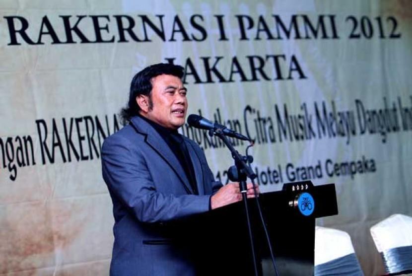 Ketua Umum Persatuan Artis Musik Melayu Dangdut Indonesia (PAMMI) Rhoma Irama saat membuka acara RAKERNAS II PAMMI 2012 di Jakarta, Jumat (5/10).