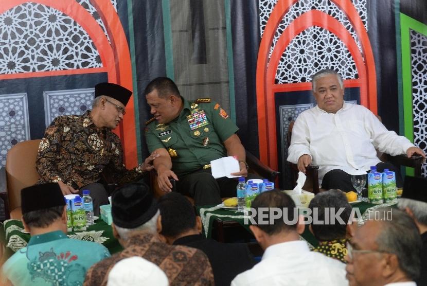 Ketua Umum Pimpinan Pusat Muhammadiyah Haedar Nashir (kiri), bersama Panglima TNI Jenderal Gatot Nurmantyo (tengah), Tokoh Muhammadiyah Din Syamsuddin menjadi pembicara dalam pengajian di kantor PP Muhammadiyah, Jakarta, Jumat (6/10). Pengajian tersebut mengambil tema