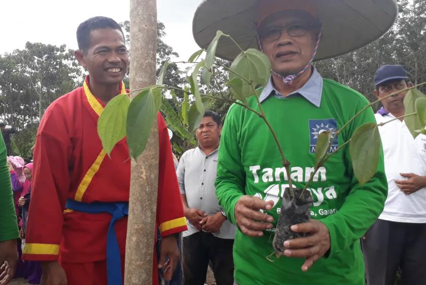 Ketua Umum Pimpinan Pusat (PP) Muhammadiyah, Haedar Nashir, saat meninjau program Majelis Pemberdayaan Masyarakat (MPM) di Berau, Kalimantan Timur.