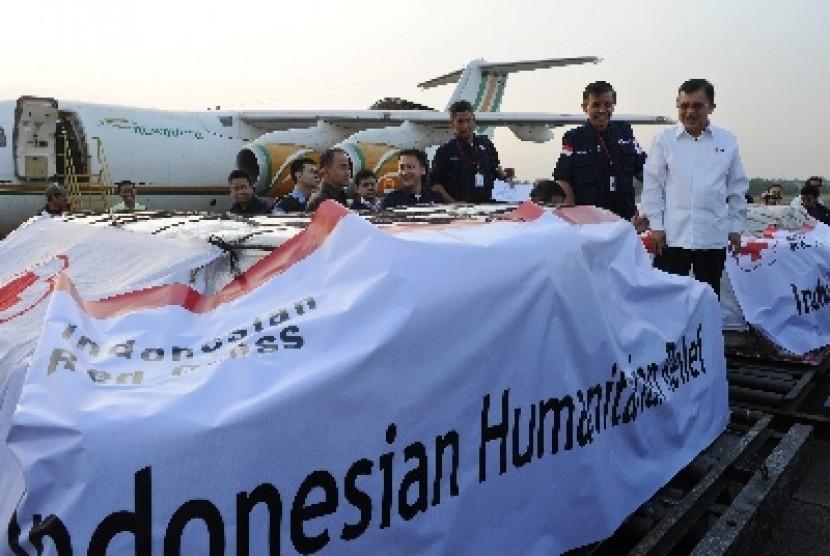 Ketua Umum PMI, Jusuf Kalla (kanan), didampingi Pengurus Bidang Penanggulangan Bencana PMI, Letjen TNI (Purn) Sumarsono (kedua kanan), memeriksa bantuan kemanusiaan untuk korban konflik Rohingya di bandara Halim Perdana Kusuma, Jakarta Timur, Sabtu (25/8).