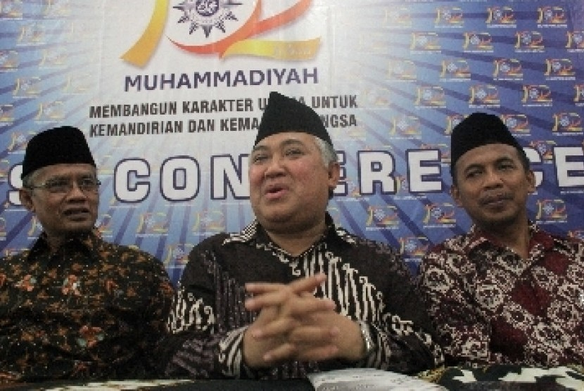 Ketua Umum PP Muhammadiyah, Din Syamsuddin (tengah), saat memberikan keterangan usai menghadiri ulang tahun atau Milad Muhammadiyah ke-102 di Universitas Muhammadiyah Yogyakarta (UMY), Ahad (11/12).