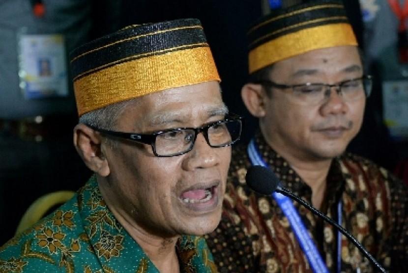 Ketua Umum PP Muhammadiyah Haedar Nashir (kiri)