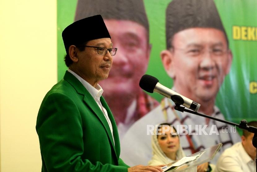 Ketua Umum PPP Djan Faridz memberikan paparan dukungan Pasangan Cagub dan Cawagub DKI Jakarta di Gedung DPP PPP Djan Faridz di Jakarta, Senin (17/10).