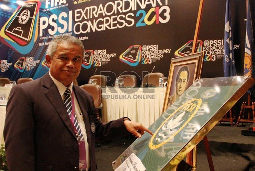 Ketua Umum PSSI Djohar Arifin memperlihatkan bendera PSSI pertama saat Kongres Luar Biasa PSSI di Jakarta, Ahad (17/3).   (Republika/Yasin Habibi)