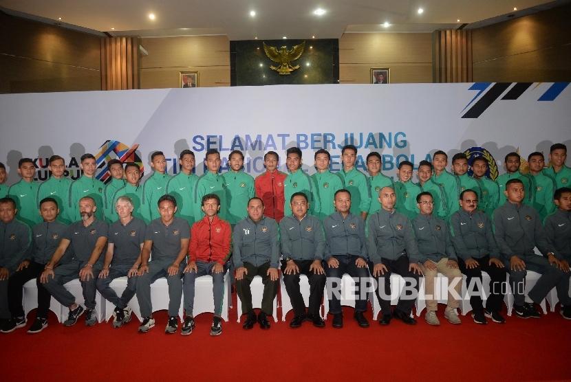Ketua Umum PSSI Edy Rahmayadi, pelatih Luis Milla, pemain serta ofisial berpose saat pelepasan timnas U-22 di Jakarta, Kamis (10/8)
