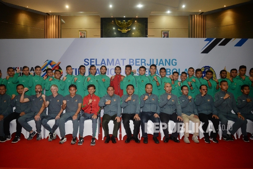 Ketua Umum PSSI Edy Rahmayadi (tujuh kiri), pelatih Luis Milla (enam kiri), pemain serta ofisial berpose saat pelepasan timnas U-22 di Jakarta, Kamis (10/8).