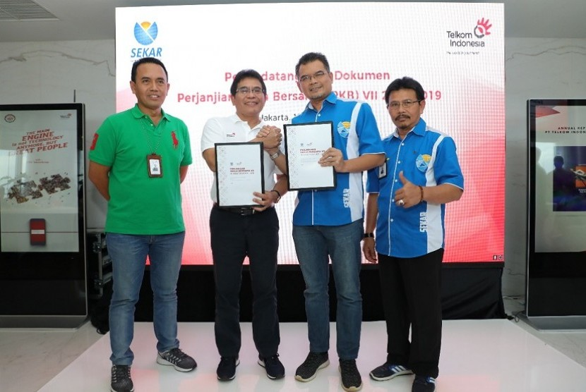 Ketua Umum Sekar Asep Mulyana (kedua dari kanan) dan Dirut Telkom Alex J Sinaga (kedua dari kiri) usai Penandatanganan Perjanjian Kerja Bersama (PKB) VII disaksikan oleh Direktur Human Capital Telkom Herdy Harman (paling kiri) serta Pengurus DPP dan DPW Sekar Telkom.