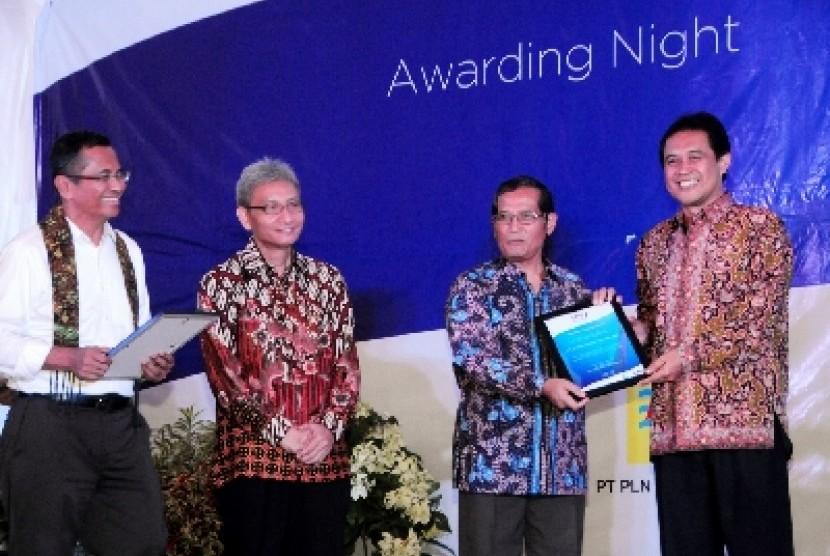 Ketua Umum SPS Dahlan Iskan menyerahkan penghargaan bagi PT Telkom
