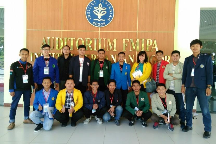 Ketua Umum UKM Satgas KOMANDO BSI Iqbal Nurhifdiansyah (kiri) bersama  Satgas Anti Narkoba perguruan tinggi lainnya.