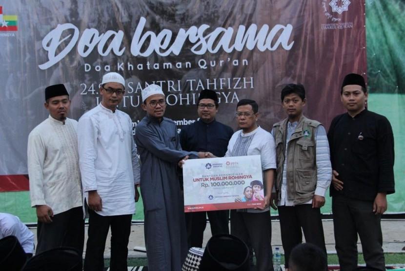 Ketua Yayasan Amanah Takaful Ernawan Priarto (ketiga dari kanan) menyerahkan bantuan untuk Muslim Rohingya kepada Pengasuh Pesantren Tahfizh Daarul Qur'an Ustaz  Slamet Ibnu Syam.