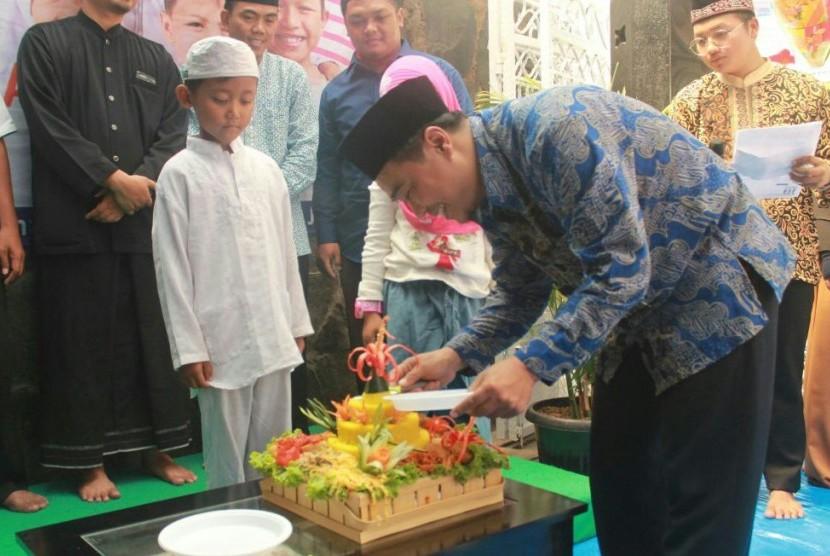 Ketua Yayasan Panti Yatim Indonesia Budiyono memotong tumpeng tanda peresmian asrama PYI ke-28 di Jalan Komodor Halim Perdana Kusuma No. 09, Jakarta Timur, Kamis (10/5).
