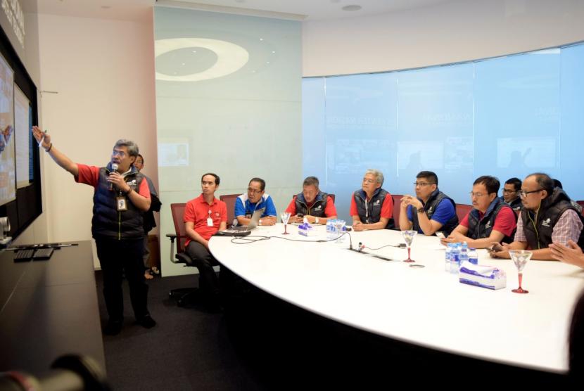 Ketua YLKI Tulus Abadi (paling kanan) bersama Direktur Network & IT Solution Zulhelfi Abidin (keempat dari kanan) dan Direktur Consumer Service Telkom Mas'ud Khamid (kedua dari kanan)  saat mendengarkan paparan Chief of Operation Crisis Center Nasional Herlan Wijanarko terkait perkembangan pemulihan layanan pelanggam Satelit Telkom 1 Telkom di Graha Merah Putih, Jakarta (7/9).