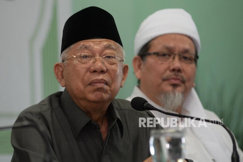 Ketum MUI Maruf Amin (depan) dan Wasekjen MUI Tengku Zulkarnain menggelar konferensi pers tentang penistaan agama oleh Gubernur DKI Jakarta, baru-baru ini.