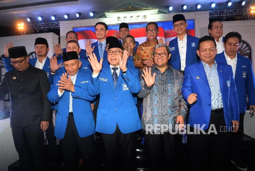 Ketum PAN Zulkifli Hasan (ketiga kiri), Ketua Majelis Kehormatan PAN Amien Rais (kedua kiri), Ketua MPP PAN Soetrisno Bachir (kedua kanan), didampingi kader PAN, serta Gubernur Jabar Ahmad Heryawan (ketiga kanan), Wakil Gubernur Jabar Dedy Mizwar (ketiga kanan atas), Walikota Bandung Ridwan Kamil (kiri) saat Pembukaan Rapat Kerja Nasional (Rakernas) III Partai Amanat Nasional (PAN), Bandung, Jabar, Senin (21/8).