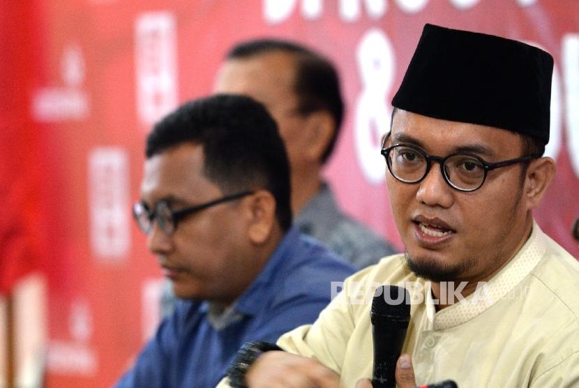 Ketum PP Pemuda Muhammadiyah Dahnil Azhar (kanan) memberikan paparan saat diskusi Madrasah Anti Korupsi PP Muhammadiyah di Jakarta, Kamis (25/8).
