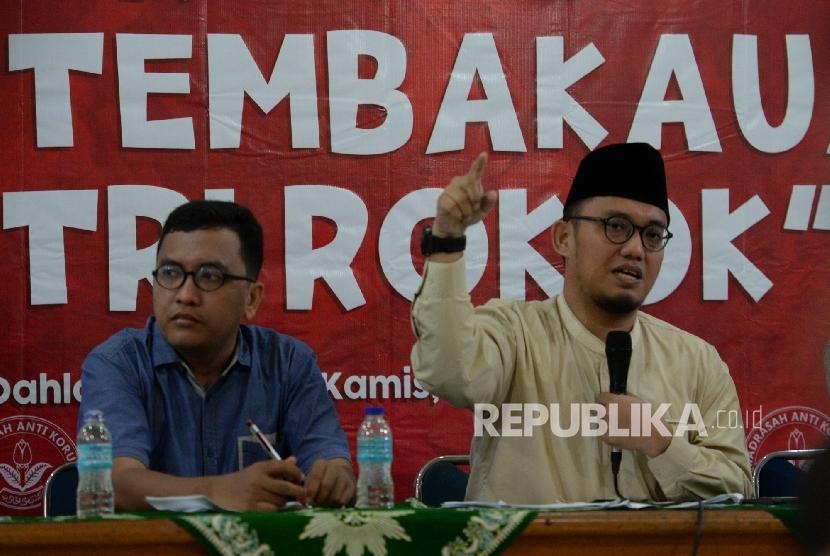 Ketum PP Pemuda Muhammadiyah Dahnil Azhar (tengah) bersama Moderator Abdul Rahman Syahputra saat diskusi Madrasah Anti Korupsi PP Muhammadiyah di Jakarta, Kamis (25/8).