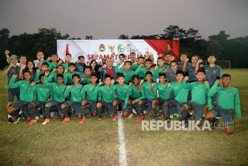 Ketum PSSI Edy Rahmayadi bersama pelatih Fakhri Husaini, pemain U-16 dan official berfoto pada acara pelepasan timnas Indonesia U-16 di Stadion Atang Sutresna, Kompleks Kopassus, Jakarta, Rabu (13/9).