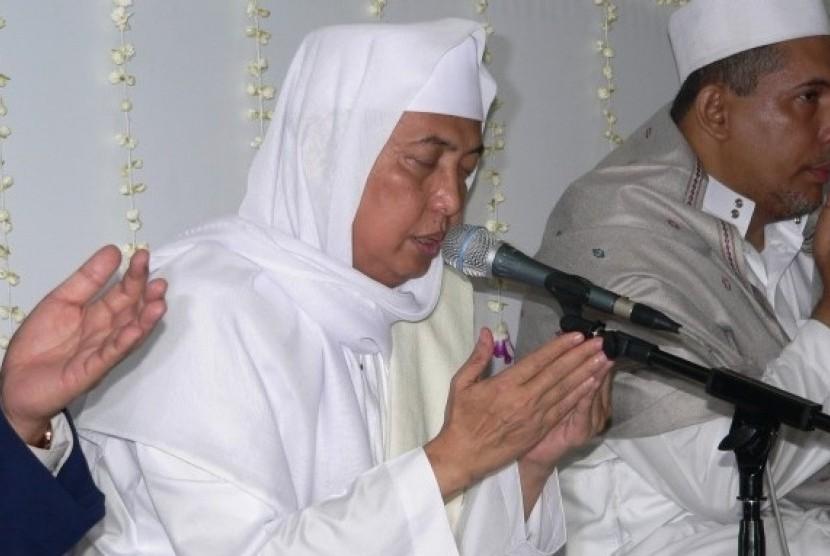 KH Ahmad Asrori Al Ishaqi (tengah).