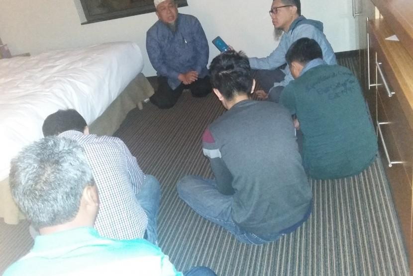 KH Mudzakkir M Arif memberikan tausiyah Shubuh di kamar Hotel Hyatt Amsterdam, Belanda, Senin (15/2).