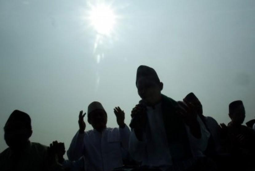 Kiai dan santri Ponpes Bahrul Ulum berdoa usai sujud syukur di Tambakberas, Jombang, Jawa Timur, Kamis (22/10)