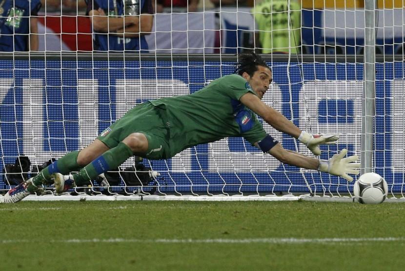 Kiper Italia, Buffon berhasil gagalkan tendangan penalti Ashley Cole