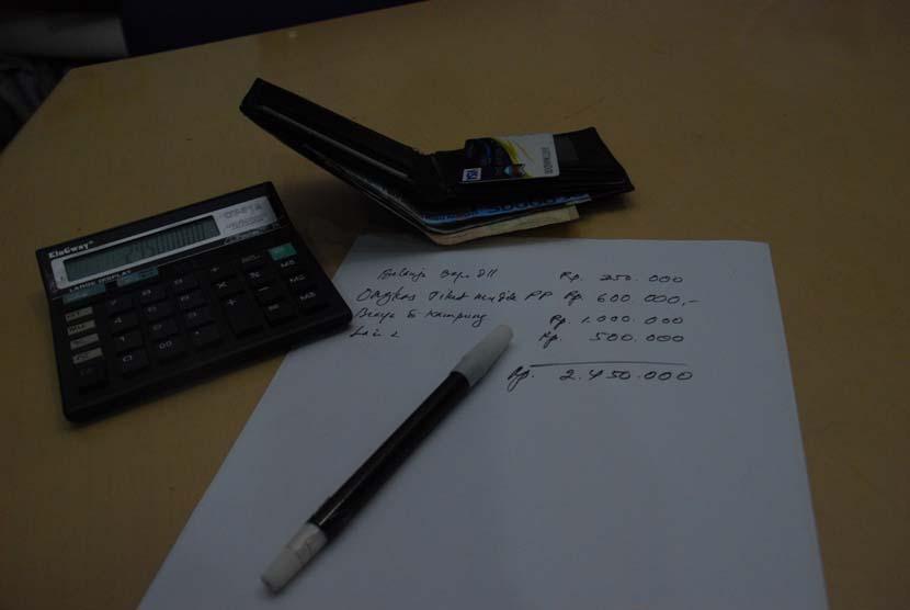 Kalkulasi hitung uang menggunakan kalkulator (ilustrasi).