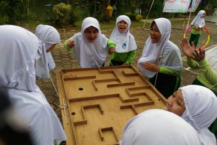 Klinik Pendidikan MIPA (KPM) mengisi program 'Fun Math & Science Go to School' di SDI Al Azhar 15 Pamulang  dengan konsep eksplorasi dalam bentuk simulasi nyata (real-life experiences), Kamis (26/10).