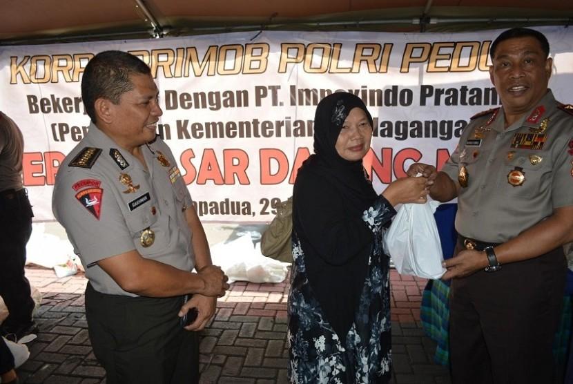 Komandan Korps Brimob Polri Inspektur Jenderal Polisi Drs Murad Ismail (kanan)
