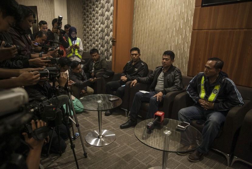 Komandan Landasan Udara (Danlanud) Bandara Adisutjipto Marsma TNI Novyan Samyoga (dua kanan) didampingi General Manager PT Angkasa Pura I Bandara Adisutjipto Agus Pandu Purnama (kanan) memberikan keterangan kepada wartawan di Bandara Adisutjipto.