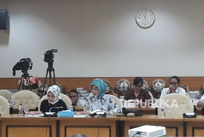 Komisi IX DPR menggelar rapat dengar pendapat dengan Bupati Tangerang Ahmed Zaki Iskandar dan jajaran Kadisnaker Provinsi Banten dan Kadisnaker Kabupaten Tangerang terkait ledakan pabrik kembang api di Kosambi, Tangerang di Kompleks Parlemen, Senayan, Jakarta pada Selasa (31/10).