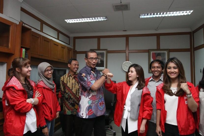 Komisioner Komisi Pemilihan Umum (KPU) Hasyim Asy'ari (tengah) bersalaman dengan Ketua Umum Partai Solidaritas Indonesia (PSI) Grace Natalie (ketiga kanan) disaksikan Komisioner KPU Pramono Ubaid Thantowi dan jajaran pengurus DPP PSI saat audiensi Pimpinan DPP PSI dengan KPU, di kantor KPU, Jakarta, Senin (21/8).