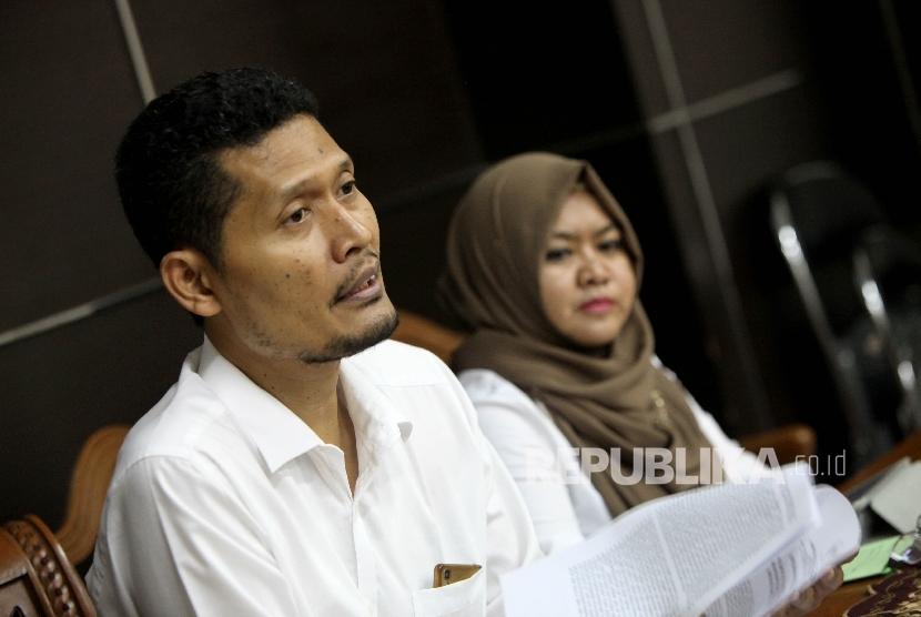 Komisioner Komnas HAM Muhammad Nurkhoiron (tengah)