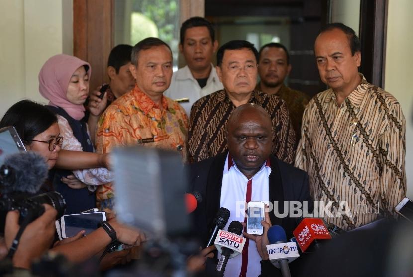 Komisioner Komnas HAM Natalius Pigai (tengah) bersama Komisioner Komnas HAM Hafid Abbas (kanan) dan Sesmenkopolhukam Yayat Sudrajat (ketiga kiri) dimintai keterangan oleh awak media seusai melakukan pertemuan dengan Menkopolhukam Wiranto di Jakarta, Jumat (9/6).