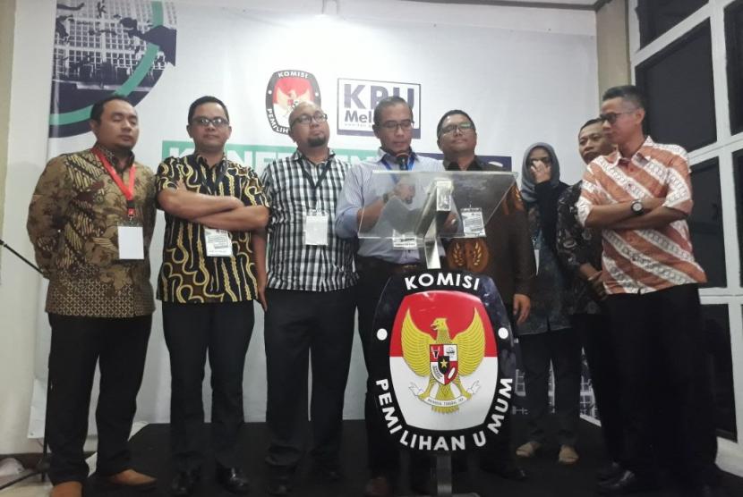 Komisioner KPU dan Bawaslu menggelar jumpa pers sesaat setelah penutupan pendaftaran parpol calon peserta Pemilu 2019 di Kantor KPU, Menteng, Jakarta Pusat, Senin (16/10) malam. Hingga pendaftaran ditutup pukul 24.00 WIB, ada 27 parpol yang mendaftar ke KPU.