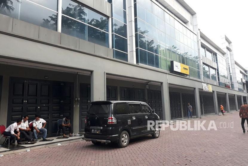 Kompleks ruko di dekat lokasi acara yang diwajibkan tutup selama acara Bobby-Kahiyang. Pelaku usaha mengaku rugi hingga ratusan juta rupiah.