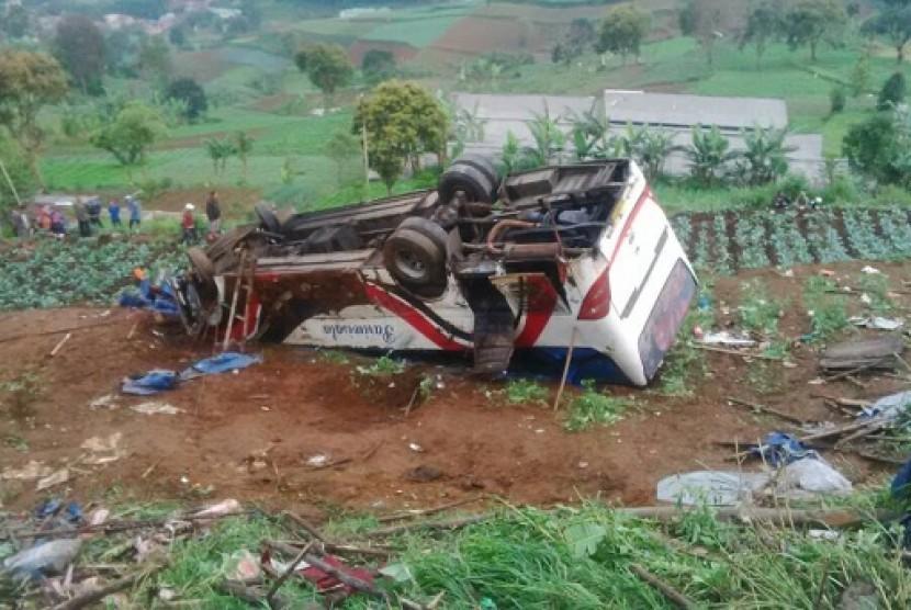 Kondisi bus pariwisata yang mengalami kecelakaan di jalur Puncak Cianjur, Desa Ciloto, Kecamatan Cipanas, Kabupaten Cianjur, Ahad (30/4).