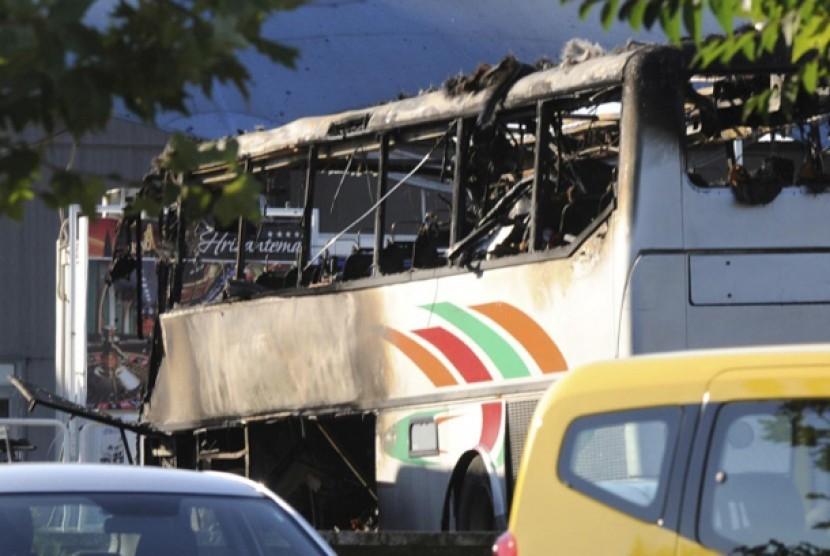 Kondisi bus yang membawa turis Israel pascaledakan di luar Bandara Black Sea, Burgas, Bulgaria.